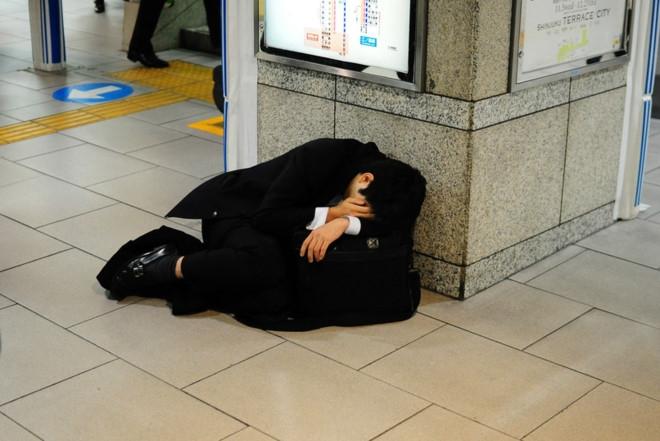 Dân công sở có thể ngủ bất cứ nơi nào sau giờ làm việc áp lực